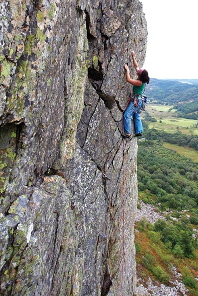 Ruth Taylor climbing the top pitch of Oriole (E3 5c, 5a) S H Wall Crafnant, Wales. Photo: David Simmonite