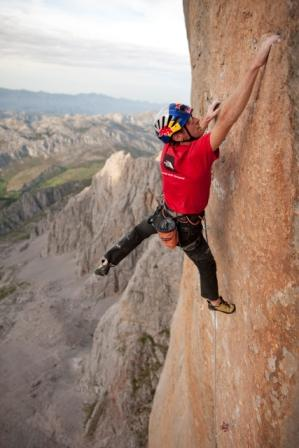 Iker Pou on 5th pitch of Orbayu. Photo: Tim Kemple / Red Bull Photofiles