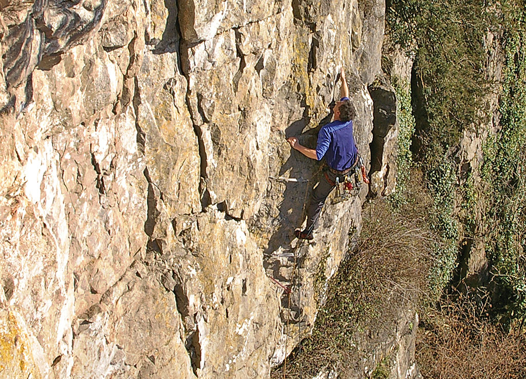 Kevin Rogers climbing the crack-line of Klute (HVS 4c) on the Right-Hand Crag, another cracking pitch. Photo: © Don Sargeant