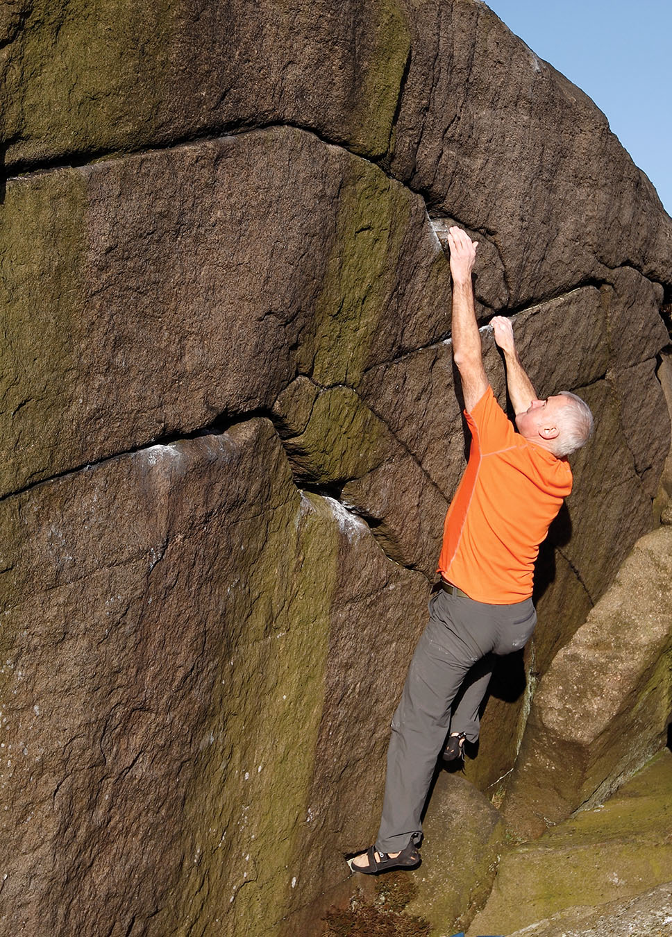 Stephen Coughlan stretches out on Zorro (V1) Stanage Apperent North. Photo: © David Simmonite